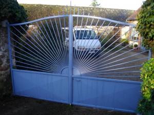 portail classique sur mesure avec des barreaux en rayons de soleil