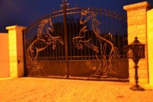 2 chevaux cabrés en métal pour embellir le portail d'un client passionné