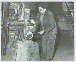 Gaston Desdoigts, mon grand-père, à sa forge