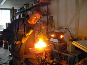 former le métal au maillet bois